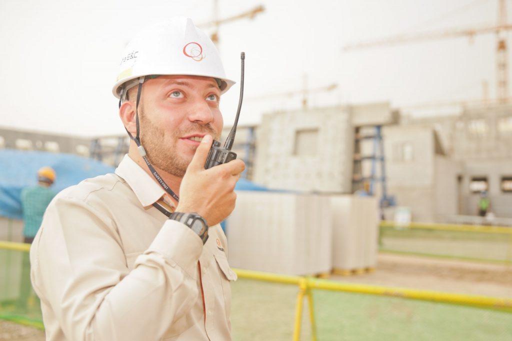 Arbejdsmand med sikerhedssko og walkie-talkie